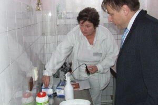 Riaditeľ Kysuckej nemocnice Martin Šenfeld (vpravo) hovorí, že finančné prostriedky od poisťovní postačia na približne 80 % nákladov nemocnice.