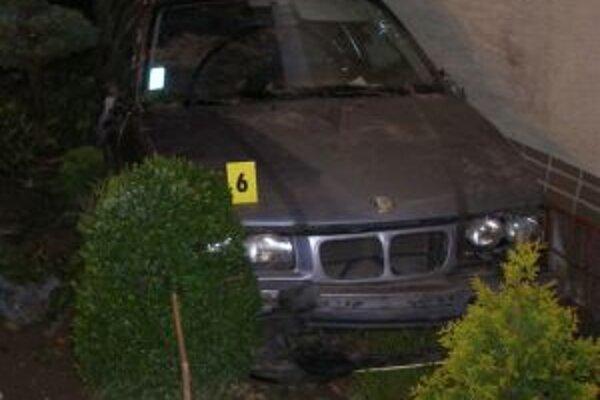 Auto narazilo do oplotenia, nakoniec skončilo v predzáhradke.