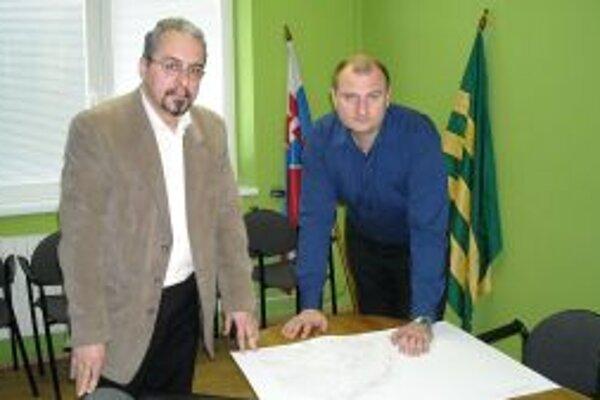 Starosta Anton Tkáčik (vpravo) a poverený riaditeľ Kysuckého múzea Miloš Jesenský sa spojili, aby odkryli časť kysuckej histórie.