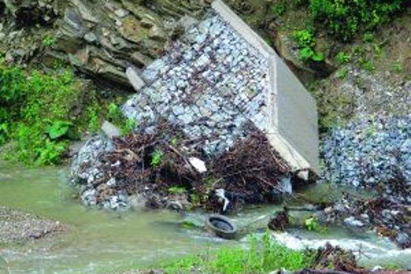 Povodne v roku 2010 nádrž nevydržala, utrhla sa. Jej pozostatky zatiaľ nikto neodstránil.