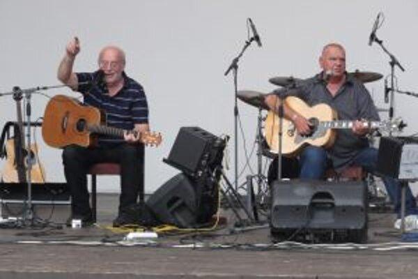 V prírodnom amfiteátri v Skalitom sa uskutočnil koncert jednej z najznámejších českých folkových a trampských legiend - bratov Honzu a Františka Nedvědovcov.
