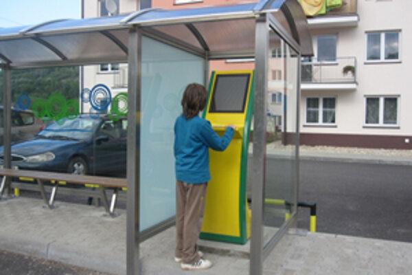 Kiosk v blízkosti autobusovej zastávky slúži aj ako informačné zariadenie pre príchody a odchody autobusov.