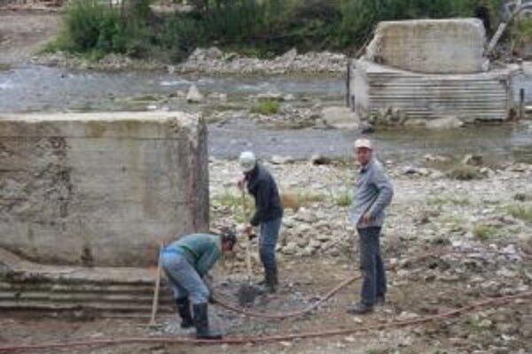 V týchto dňoch zamestnanci obce rekonštruujú piliere, ktoré zostali zo starého mosta.