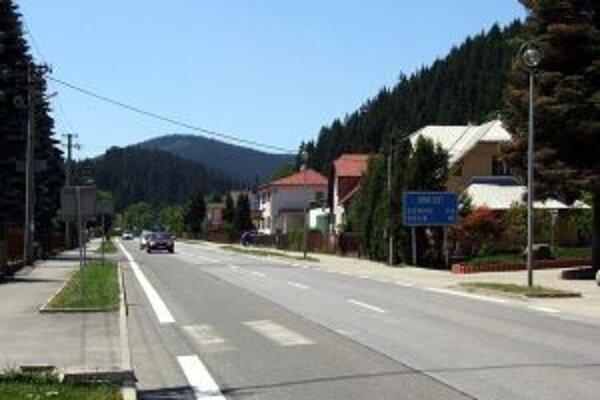 Časť medzinárodnej cesty 1/18 vedie zastavaným územím obce Makov.
