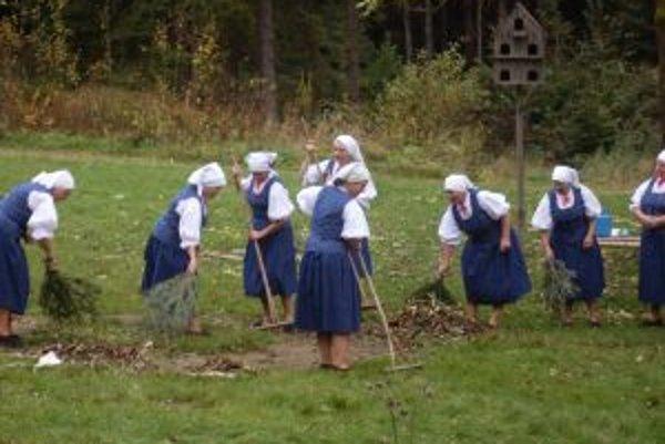 Návštevníci skanzenu si budú môcť pozrieť jesenné práce na dedine.
