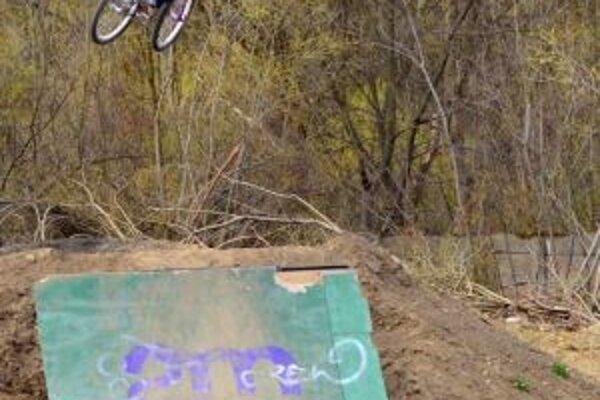 Mladí bikeri zatiaľ využívajú dirty park.