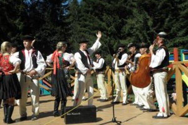 Folklórne skupiny predvedú, ako kedysi odchádzali mládenci na vojnu.
