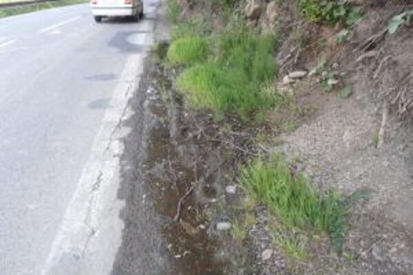 Horeličania považujú cestu bez chodníka za nebezpečnú.