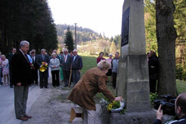 Dagmar Dvorská (na snímke pri pamätníku) na vlastnej koži ako dvanásťročná zakúsila peklo koncentračného tábora.