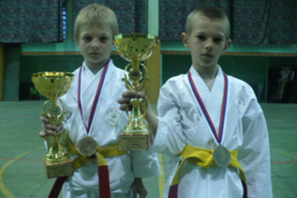 Zľava Matúš Hudec a Marek Pončka, majstri Slovenska v karate žiakov.