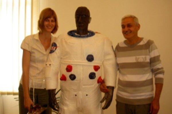 Kozmonaut. Minulý rok uviedli do siene slávy drôtenú sochu A. E. Cernana.