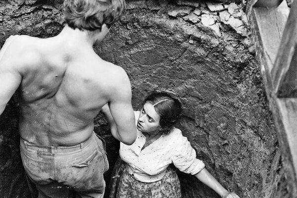"""Pásla kone na betóne (1982), réžia: Štefan Uher. Milka Zimková priniesla do dovtedy cudných Uherových filmov zmyselnosť a telesnosť, ktorá sa prejavuje aj v Johaniných erotických snoch so studňou. Táto slobodná matka je typom multifunkčnej ženy, muži okolo nej ju priťahujú aj odpudzujú. Dlhodobo odmieta kamaráta Bertyho, čím potvrdzuje svojej právo na slobodný výber partnera. """"To ta emapcipácia ich popsula. Veru bože, že ani Boh nezna, co chcú a co v ich je,"""" komentuje Berty. Ženy sú odolnejšie"""