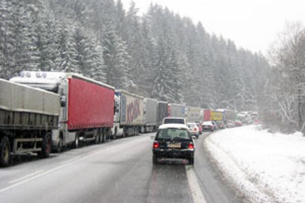 Kamióny v horských priechodoch zastavili dopravu.