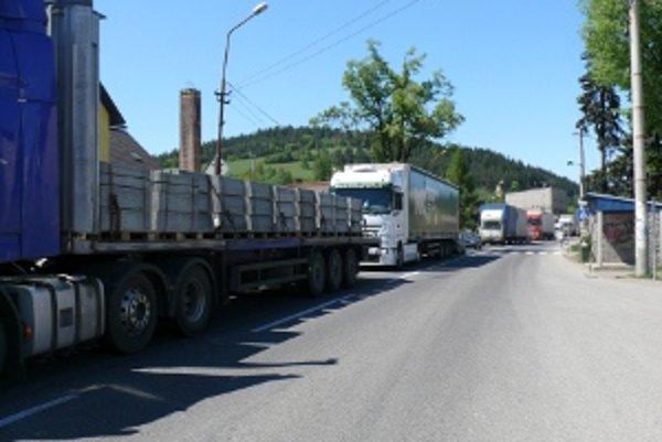 Obec je zaťažená kamiónovou dopravou. Obyvateľom by diaľnica pomohla.