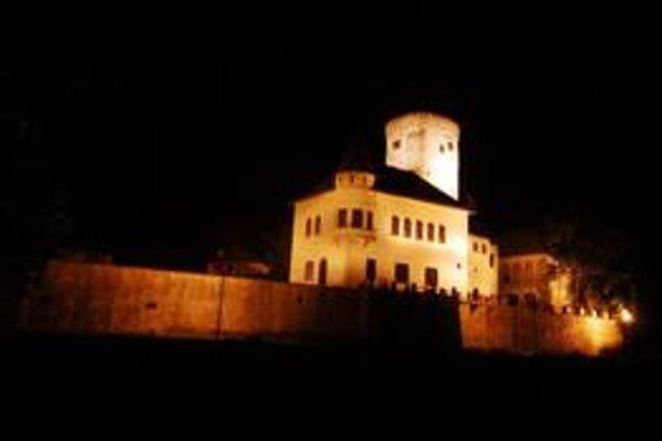 Osvetlenie hradov stálo Žilinský kraj stotisíce eur. V noci sa teraz nestratí ani Budatínsky hrad v Žiline.