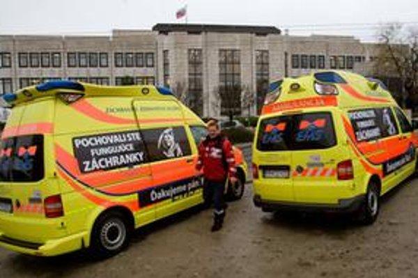 Sanitky z celého Slovenska bez licencie na protest parkujú pred parlamentom a ministerstvom zdravotníctva. Pod oknami ministra stojí aj sanitka z Kysuckého Nového Mesta, kde licenciu nezískal nik.