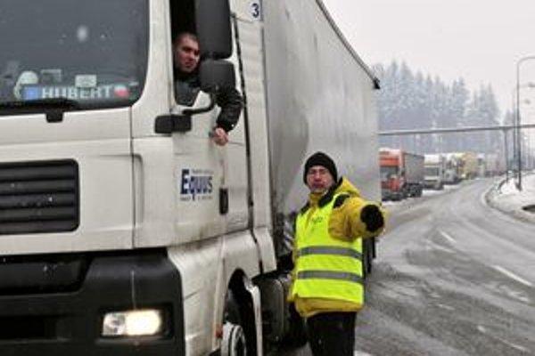 Kolóny nákladných áut sa síce vo Svrčinovci zmenšili, ale stále sú dlhé niekoľko kilometrov.