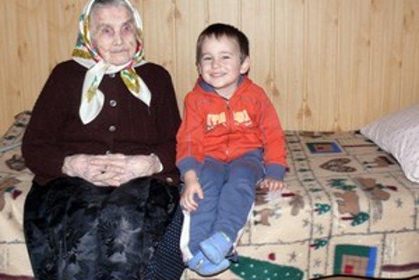 Babička sa teší zo svojich pravnúčat. Tí si radi pri nej posedia.