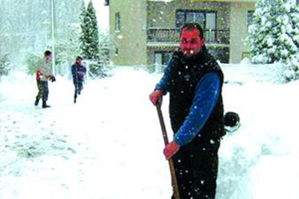 Obyvatelia Kysúc museli opäť vytiahnúť lopaty.