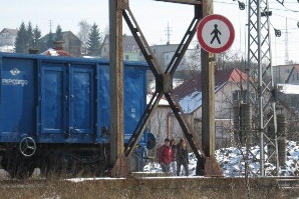 Školáci si cestu do školy krátia prechodom cez koľajiská.