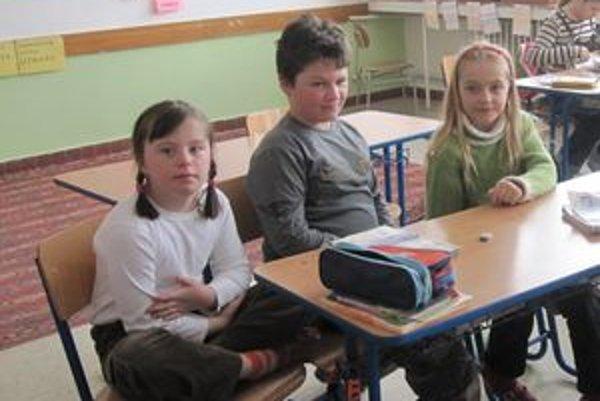 Miška Oravcová (prvá zľava) so spolužiakmi.