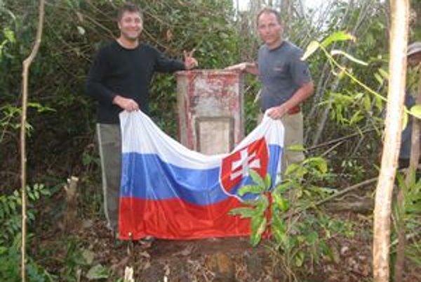 Cieľ cesty – Beňovského hrob. Vpravo Stanislav Machovčák, organizátor výpravy.