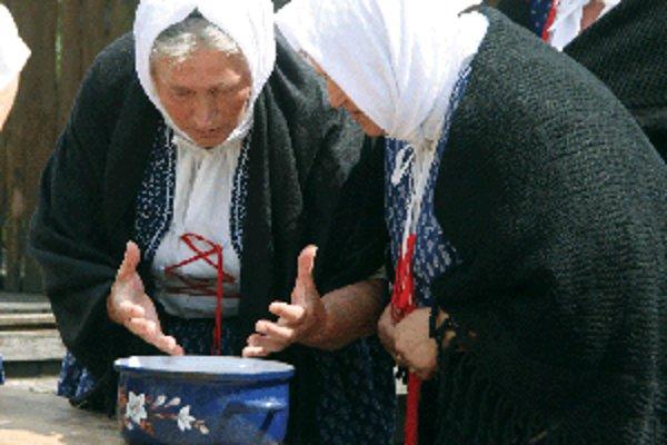 Ženy z FS v Krásne nad Kysucou predviedli Ondrejské zvyky.