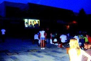 Kino pod hviezdami. Má úplne inú atmosféru, ako doma pri televíznych obrazovkách.