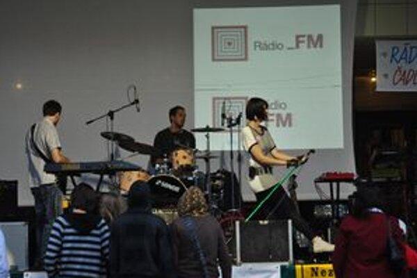 Stovky mladých prišli podporiť začínajúce slovenské kapely na Matičné námestie.