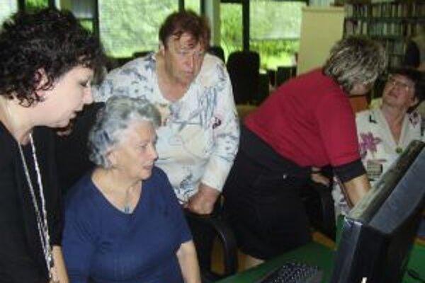 V Kysuckej knižnici v Čadci sa seniori učia ako pracovať s počítačom.