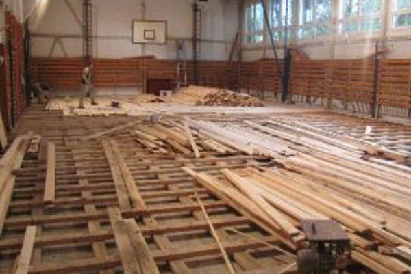 V rámci prác prešiel veľkou zmenou a interiér školy. Menili sa podlahy, rozvody i kúrenie.