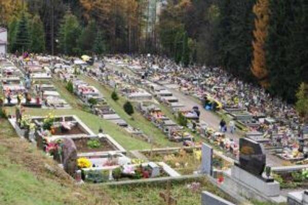 Nájmy hrobových miest nemá v niektorých prípadoch kto zaplatiť. Mesto hľadá príbuzných.