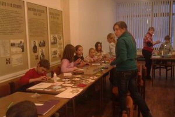 Vianočné tvorivé dielne aj tento rok prilákali množstvo detí. Tie pracovali pod drobnohľadom výtvarníčky DK Gabriely Muchovej.