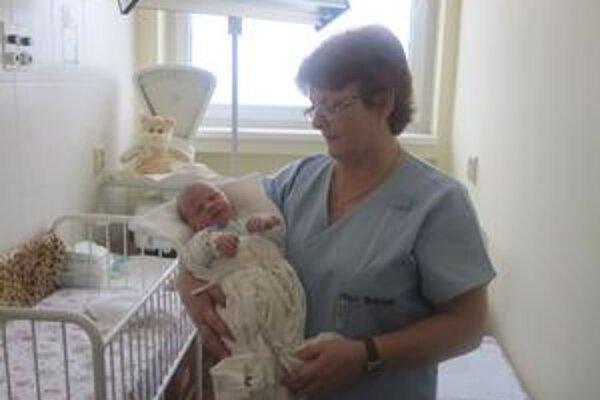 Sestrička Jarka Bírová so Slávkou, ktorú našli v hniezde záchrany.