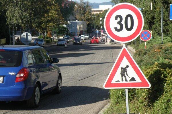 Rekonštrukcia cesty na Hviezdoslavovej ulici v Prievidzi prebehla v dvoch etapách.