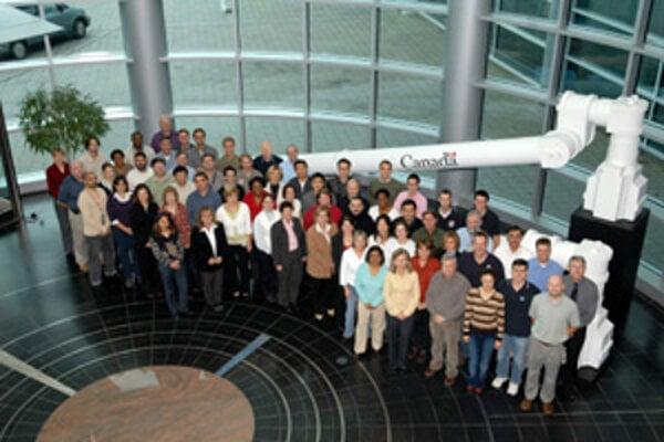 Chrastinovci pracujú v Kanadskej vesmírnej agentúre. Toto je jej tím.