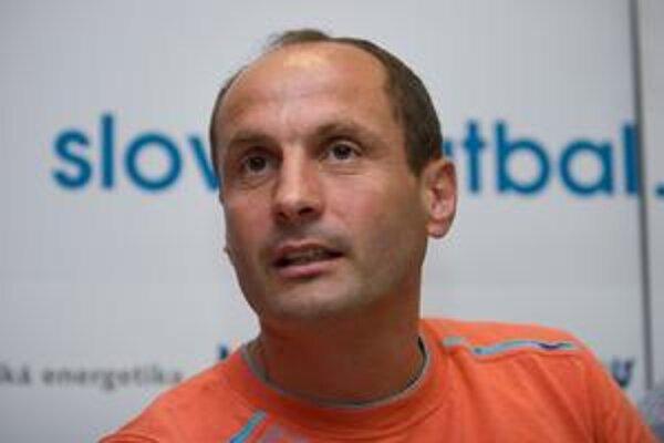 Ladislav Pecko ako tréner futbalistov Slovana Bratislava.