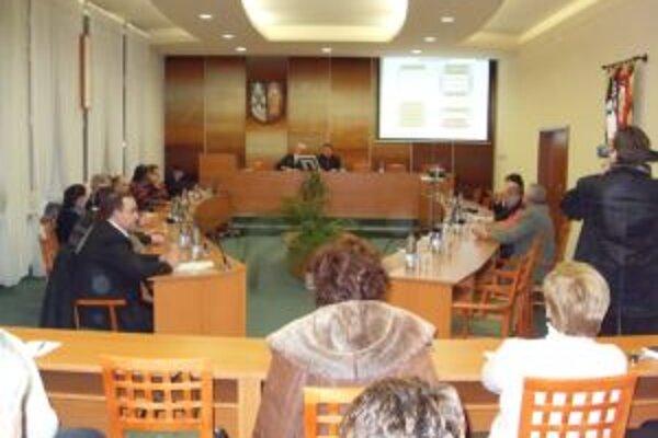Poslancov na utorkovom mimoriadnom zasadnutí Mestského zastupiteľstva v Čadci nebolo dosť.