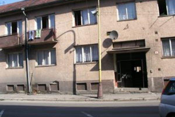 V týchto zimných dňoch si rómski obyvatelia vykurujú byty pieckami na pevné palivo. Elektrinu majú len máloktorí.
