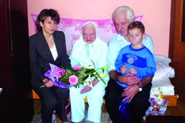 Veronike Gonščákovej prišla zablahoželať aj starostka Skalitého Andrea Šimurdová. Vpravo syn Pavol a pravnúčik Majko.