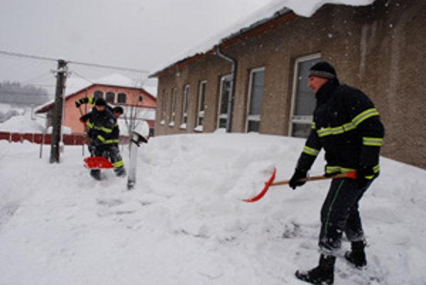 Situácia v Klokočove je stále kritická. Snehu napadlo viac ako meter. Na jeho odstraňovanie je zapojená všetka dostupná technika a ľudia si pomáhajú ako vedia