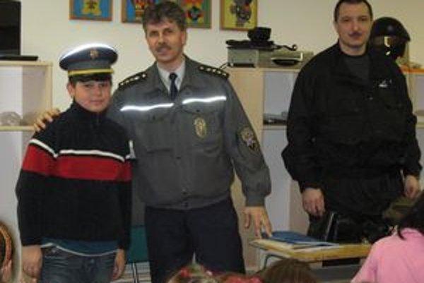 František Gažo (v strede) robí aj prevenciu v školských zariadeniach. Malé deti sú totiž často obeťami nehôd na železniciach.