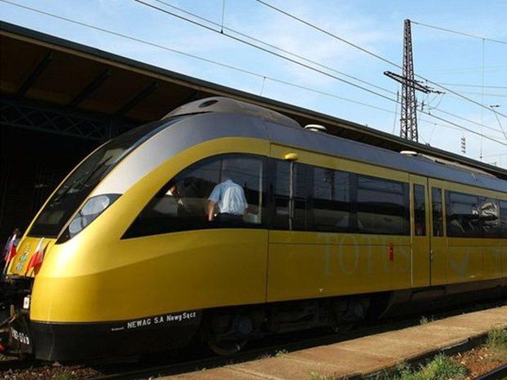 """Jednou z najväčších atrakcií bude paradoxne moderná vlaková súprava - Pápežský vlak z Poľska. Je to dar poľských železničiarov pamiatke pápeža Jána Pavla II. Súpravu tvorí elektrická jednotka EN61-001. Na čelách súpravy je pápežský znak Jána Pavla II. a na bočniciach latinský nápis """"TOTUS TUUS"""", čo znamená """"Celý Tvoj""""."""