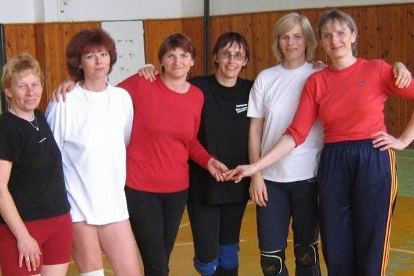 E. Grambličková v ženskom družstve Čadca na turnaji v roku 2005(prvá sprava).