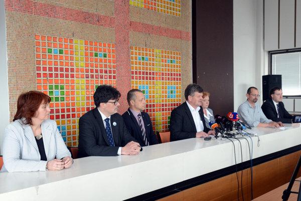 Predseda Odborového zväzu pracovníkov školstva a vedy na Slovensku Pavel Ondek (štvrtý zľava).