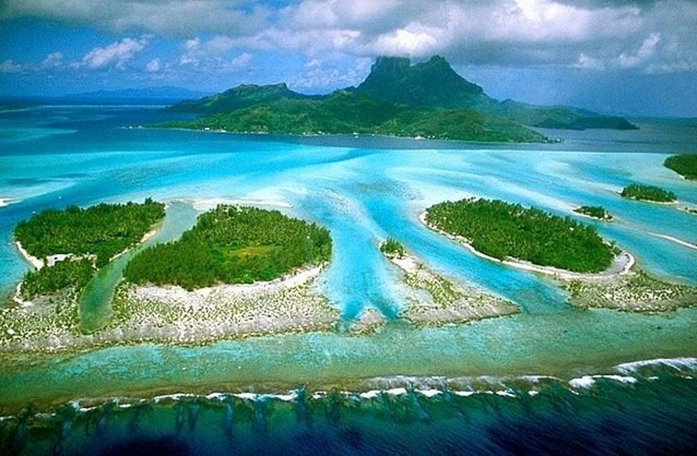 Letecký pohľad na ostrov Bora Bora.