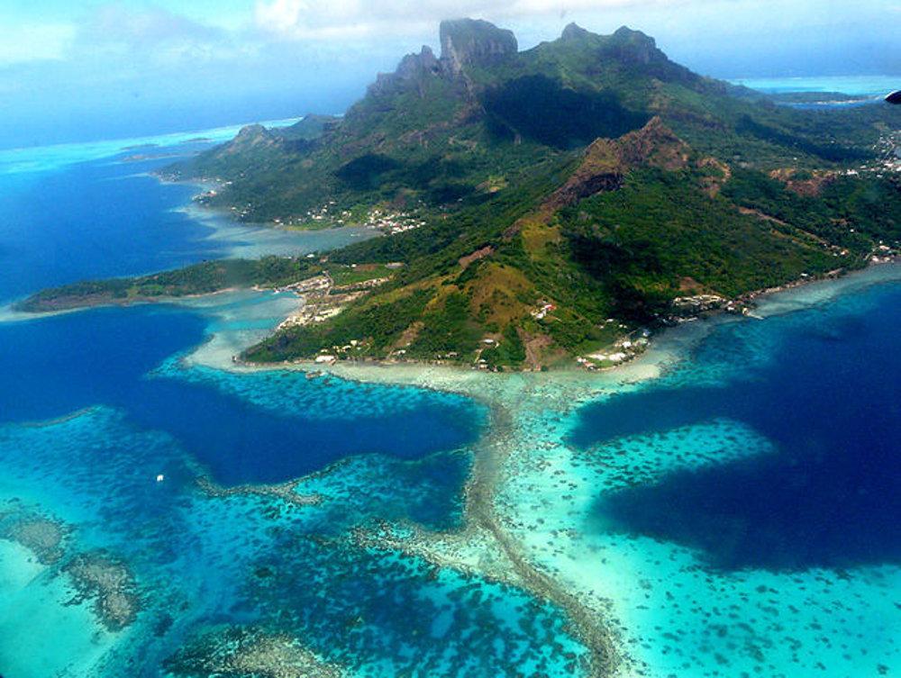 Centrálny ostrov Bora Bora a lagúna pri pohľade zo severovýchodu.