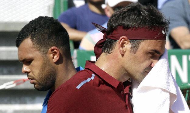 Federer (vpravo) prekvapivo prehral s Francúzom Tsongom.