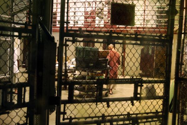 Väzeň v spoločnom priestore Guantanamskej väznice.