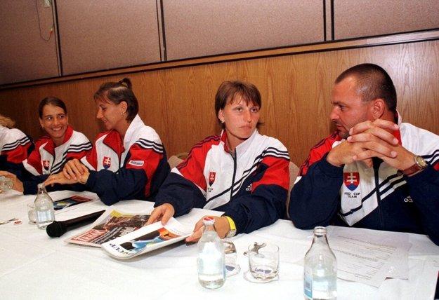 V minulosti sa s Kanaďankami stretla aj staršia generácia hráčok. Druhá zľava Katarína Studeníková, druhá sprava Karina Habšudová.